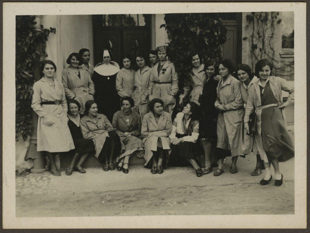 Grupa słuchaczek PIRR przed gmachem Instytutu