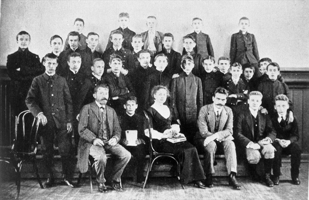 Nauczyciele i uczniowe szkoły Szlenkiera. W pierwszym rzędzie, trzeci z prawej – dyrektor Władysław Przanowski.