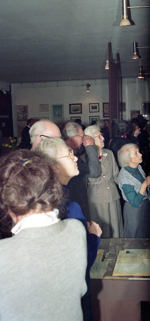Słuchacze z roku Jadwigi Kamińskiej (później Wielchorskiej) oglądają eksponaty