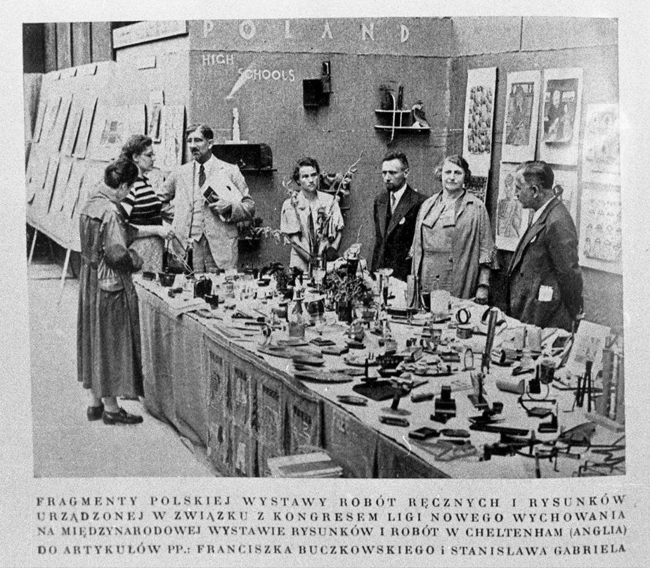 Fragment polskiej wystawy robót ręcznych i rysunku urządzonej w związku z Kongresem Ligi Nowego Wychowania na międzynarodowej wystawie rysunków i robót ręcznych w Cheltenham (Anglia).