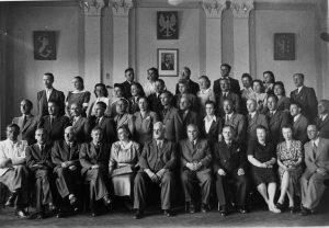 Współpracownik i kontynuator myśli Władysława Przanowskiego, dyrektor Wiktor Ambroziewicz wraz z nauczycielami w auli PIRR w Bielsku.