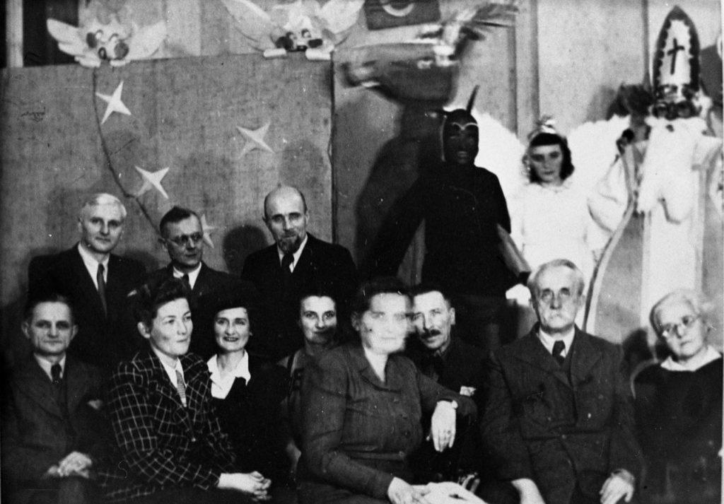 Dyrektor Wiktor Ambroziewicz wraz z małżonką, siedzący w pierwszym rzędzie od prawej.