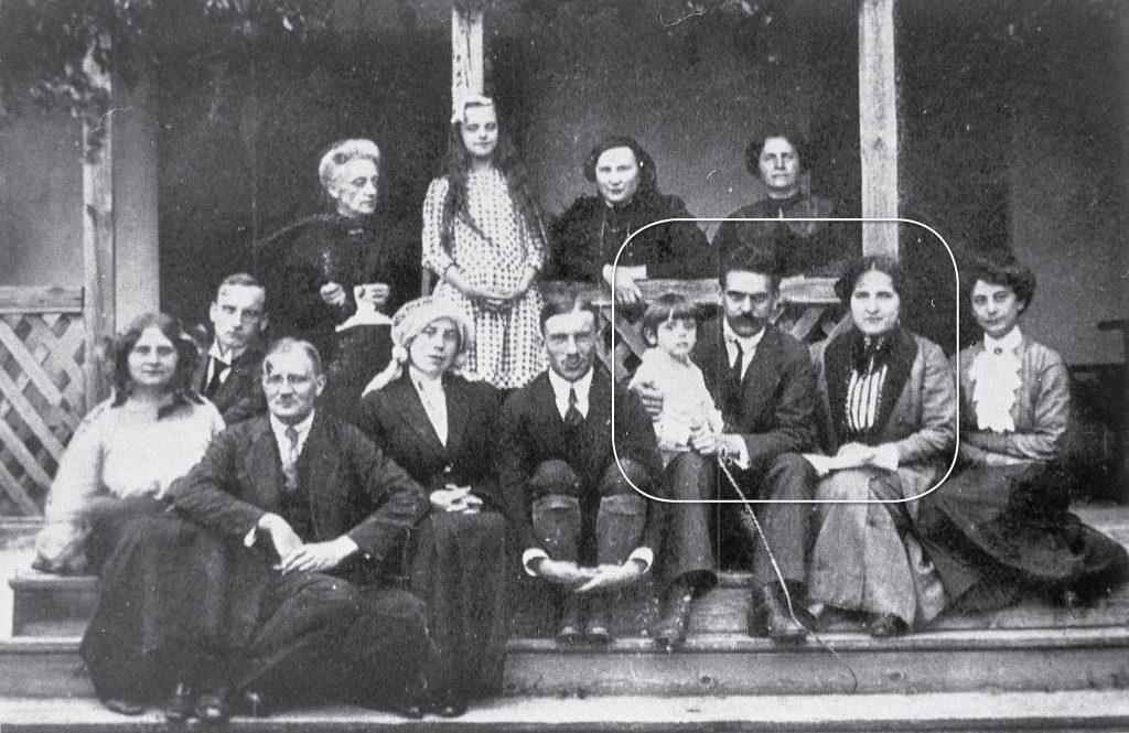 Rodzina Przanowskich, w ramce Dyrektor Władysław Przanowski z żoną i synem